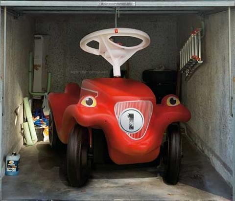 ↑ 「ガレージ」といえば普通は車。ところが同じ移動機関でもこんなものが入っているように見えたら……最後のは子供向けの自動車だが、サイズがサイズなので「でけぇよ!」とツッコミが入りそう