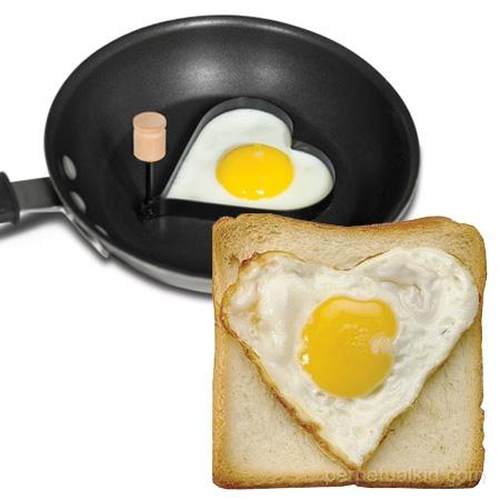 ↑ 普通のフライパンにトーストをハートで埋める目玉焼きを創れる「型」