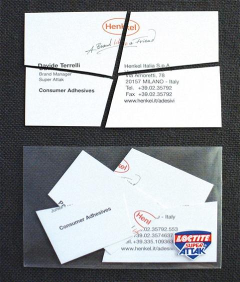 ↑ 封を開け、中身を取り出して組み立てると……該当部門のマネージャーの名刺が登場