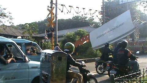↑ これは確かに怖くて無茶などできない……Giant cleaver on railways gate in Indonesia.