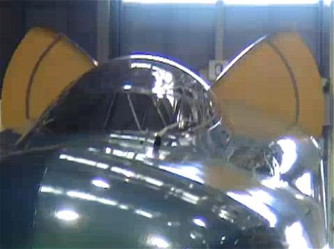 ↑ E5系の元となった試験電車E954形電車。緊急制動時にのみせり出される空気抵抗増加装置(空力ブレーキ)がネコの耳のように見えるため、ファンからは「ネコミミ新幹線」と愛称がつけられた。