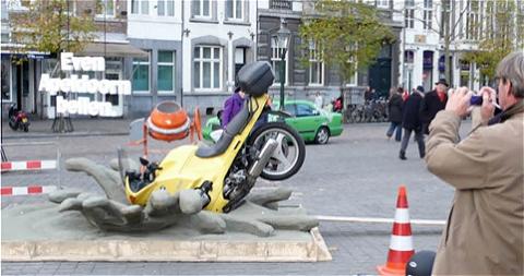 ↑ コンクリート工事をしている場にバイクが! ……と、まさに事故を起こした瞬間を再現しているセット