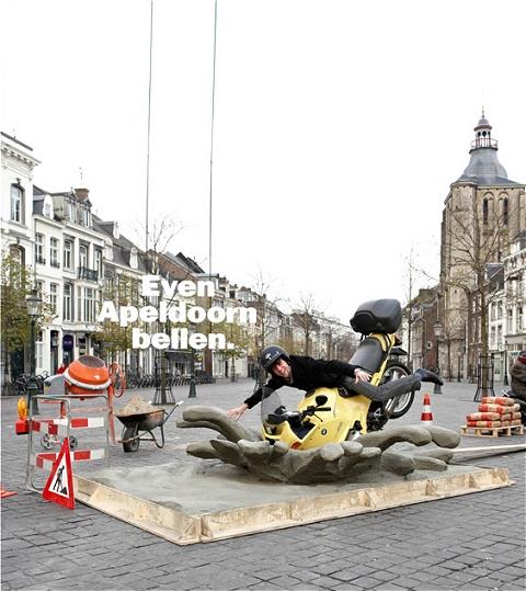 ↑ そこに思い思いのポーズを取り、記念撮影。ぶら下がっているロゴは「こんな時にはアベルドールンへお電話下さい」のオランダ語