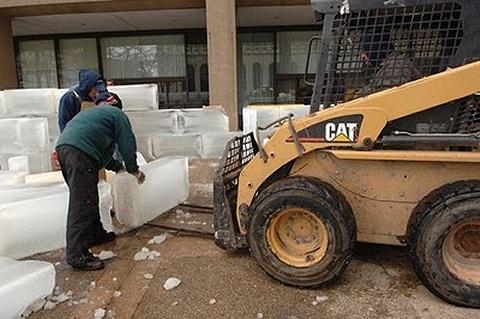 ↑ 壁は3段+αに氷を積み重ねてつくるため、フォークリフトが大活躍