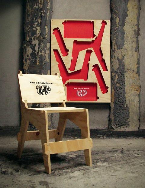 ↑ パーツを取りだして組み立てると、キットカットレーベルの椅子の完成。この椅子を使って「ちょっと一休み」という次第。