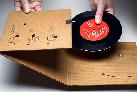 ↑ 開けると中には一枚のレコードが。「もうレコードプレイヤーなんて無いよ!」とジャケットの説明を良く見ると……