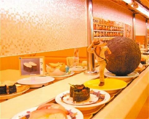 ↑ 「インディ・ジョーンズ」シリーズで一番の名シーンを回転寿司屋で再現。