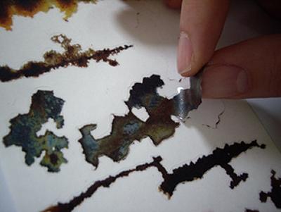 ↑ 一枚一枚はこのように、「汚れ」の形に沿って切り離せる