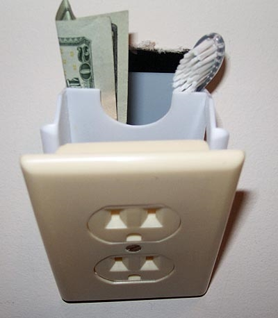 ↑ だがその実態は……小型の埋め込み式金庫でした。というか歯ブラシを入れるな(笑)