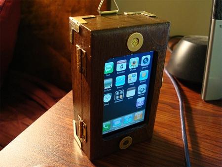 ↑ 木製トランクのようなスチームパンクなiPhoneケース。