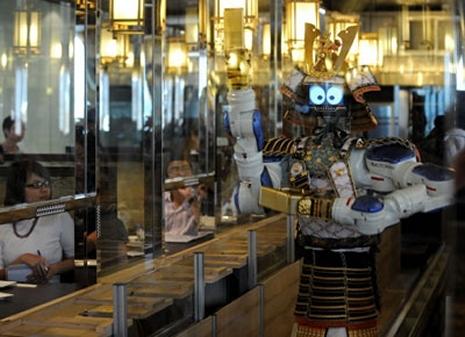 ↑ 働き者のロボットウエイター。
