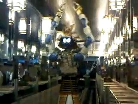 ↑ 踊るロボットウエイター。