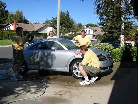 ↑ 自動車の洗車も簡単、簡単