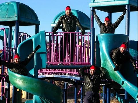 ↑ 子供のように公園でたわむれる自分達。なんだか異様な光景だ