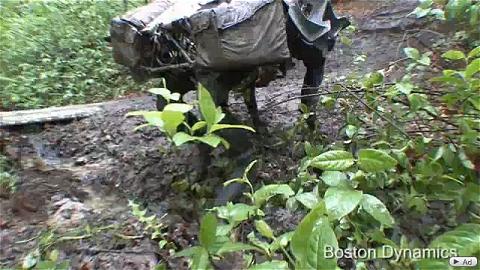 ↑ 足をとらわれやすい泥の中でもウィンウィンと音を奏でながら走行