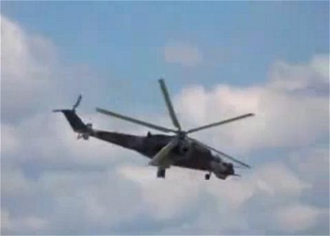 ↑ まるでメインローターがほとんど止まったように見えるハインドヘリ。Camera shutter speed synchronized with helicopter blade frequency。