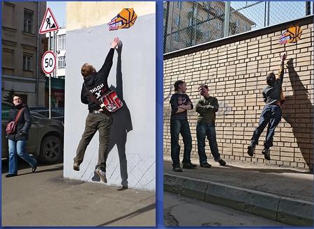 ↑ バスケットボールを模したポスターに子供達は夢中になって挑戦。ジャンプ力のある、あるいは背の高い子供だけが、体験入学のチケットを手に入れることができる