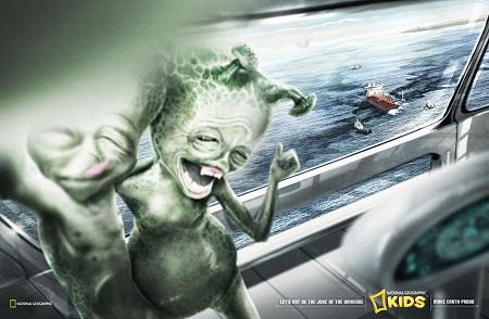 ↑ 一枚目と同じく宇宙船の窓越しに、タンカー事故による石油流出で汚染される海を見て、せせら笑う宇宙人達。