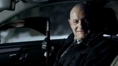↑ カマを持った黒づくめの人物が突然車内に。