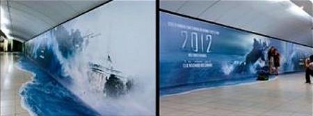 ↑ トレイラーにも登場した有名なシーン(空母ジョン.F.ケネディがホワイトハウスに激突するシーン)や映画のタイトルもばっちり。右側は……記念撮影中?