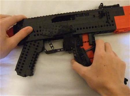 ↑ 共産圏の銃としてもっとも有名なAK-47。こちらもレゴ弾丸を発射可能。