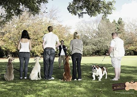 ↑ 3人のスマートな飼い主と3匹のスマートな犬、そして右端には小太りな飼い主と小太りな犬……いや、右端の犬だけブルドックだから、同じくスマートってのは無理があるでしょというツッコミはおいといて、と。