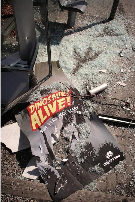 ↑ よく見ると「ディノサウルスは生きていた。よりリアルに、よりおっかないぞ」のコピーが描かれたカルガリー動物園のポスターが