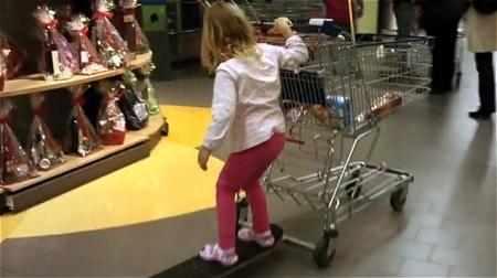 ↑ スケートボードと旗をつけたショッピングカートで「高速ショッピング」。
