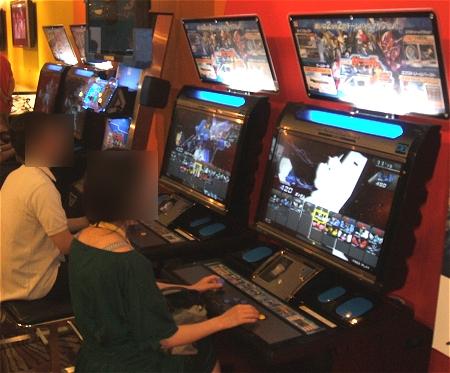 ↑ アーケードゲームのガンダムV.Sシリーズ最新作「機動戦士ガンダム EXTREME VS.」