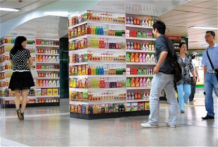 ↑ 地下鉄通路内のあらゆる柱に「商品が並ぶ」かのような……