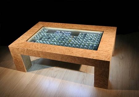 ↑ 見た目はちょっと渋めで、内部にクリスタルガラスのようなものが詰まっているテーブル