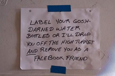 ↑ 「汚い水のボトルにはちゃんとラベルを貼っておいてね。さもなきゃ高いところから突き落として、あなたとのFacebookとのフレンド関係解除するよ?」