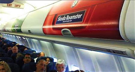 ↑ 飛行機の荷物に自動車のトランクと同じ大きさのシールをぺたり