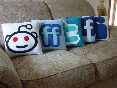 ↑ ソーシャルブックマーク・ソーシャルメディアのアイコンなクッションたち