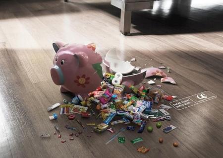 ↑ 割れた豚の貯金箱には……