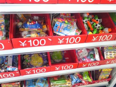 ↑ 雑多に山積みされるおもちゃ達