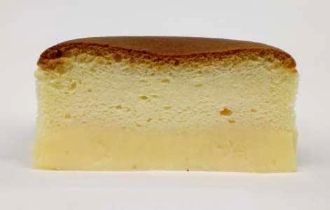 ↑ シェリエドルチェ プリンの入ったチーズスフレ。下の焼きプリンの上にチーズスフレが載っている形。上から見ると普通のチーズスフレに見えるけど、実は……と驚くことになる