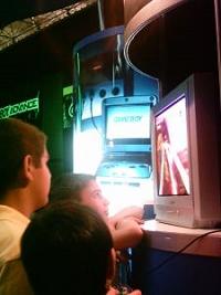 ゲーム機で遊ぶ少年たち