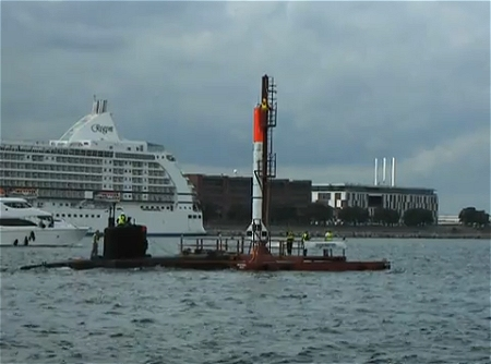 ↑ ↑ 洋上に設置された発射用プラットフォームに搭載されている「HEAT-1X」。プラットフォームそのものに航行能力は無く、小型の潜水艦にけん引(押し出し)されているようだ。