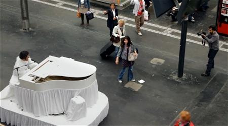 ↑ 追いかけるピアノに驚く本人。そりゃそうだ