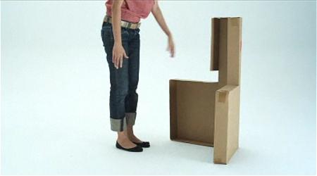 ↑ 元々非常に薄い箱だということが分かる、椅子のセット。普段ならこの中に足の部分や板などがぎっしりと入っているはずなのだが……