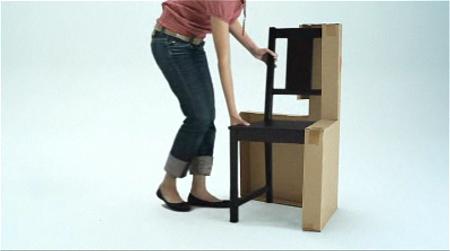 ↑ 箱に手を伸ばして中から取り出すと、あらあらあら……と
