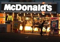 夜間のマクドナルド