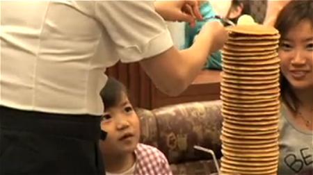 ↑ 春に実施された「500円でホットケーキ食べ放題」のイメージ動画。ロイヤルホスト公式のもの。