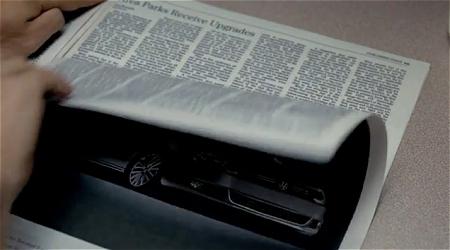 ↑ 「ジェッタ」の一面広告を破って懐に収め、「憧れの自動車」とばかりに持ち歩こうとする。その一方で支払いの良いアルバイトをチェック