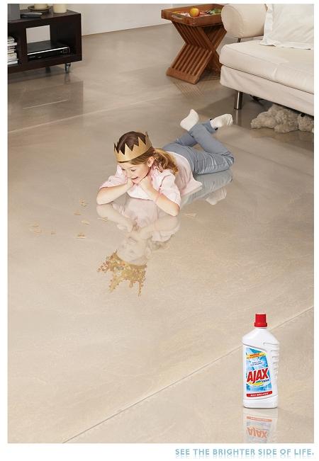 ↑ AJAXで磨いた床に映る自分の姿を見て喜ぶ女の子。紙製の王冠をかぶっているのだが……?