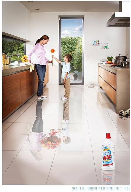 ↑ 母の日か誕生日にか、子供が一輪の花を母親にプレゼント。床を見ると……