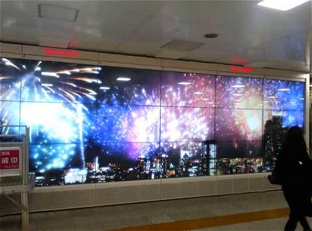↑ シャープが東京駅構内に設置した330インチのマルチデジタルサイネージ。