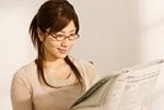新聞を読む大学生