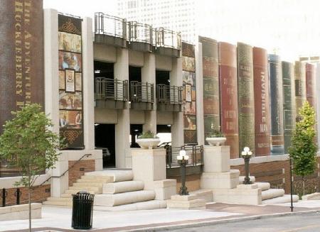 ↑ 辞典がずらりと並ぶ図書館の駐車場